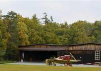 Den otevřených dveří hangáru na letišti Točná -...