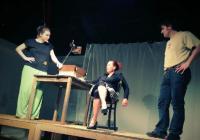 Všechno jde koupit?! Premiéra černé komedie Deset deka Dürrenmatta v Divadle D21 je inspirována nejen před Vánocemi aktuálním tématem