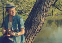 Písničkář Voxel potěšil fanoušky novým videoklipem. Zahrál si v něm se svou přítelkyní