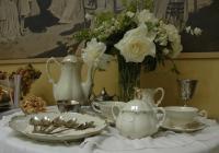 Čaj o páté s ukázkou etikety spojené s podáváním čaje