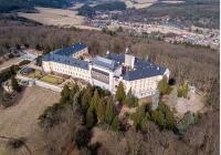 Na hrady Žebrák a Točník, zámky Hořovice a Zbiroh, za výhledy i koupáním