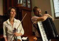 Pouliční melodie - housle a akordeon