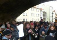 Tradiční společné zpívání koled pod Karlovým mostem - Praha