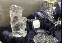 Křišťálový lev i skleněné šachy na výstavě protokolárních darů v Senátu
