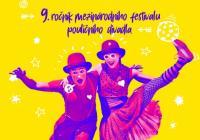Komedianti v ulicích města Tábor