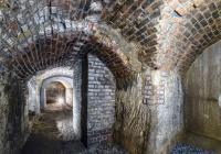 Plzeňské historické podzemí za svitu baterek