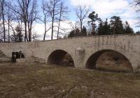 Kamenný most na hrázi rybníka Bezdrev, Hluboká nad Vltavou