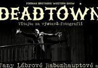Výstava fotografií z představení Deadtown Divadla Bratří Formanů