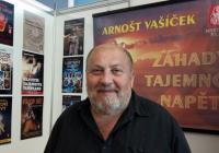Beseda s Arnoštem Vašíčkem, autorem televizních seriálů a řady knih o tajemnu