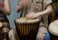 Bubnování s tanečnicí ve venkovním dvoře