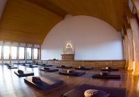 Meditace v tichu v buddhistickém klášteře (ārāma Karuṇā Sevena)