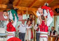 Zábavná folklorní show s dobrým jídlem a pitím