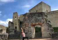 Zážitkové lekce jógy na hradě Rabí