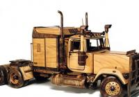 Výstava dřevěných modelů aut