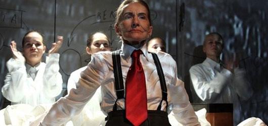 Komorní opera Toufar je drsnou učebnicí dějepisu, o hlavním aktérovi však téměř mlčí