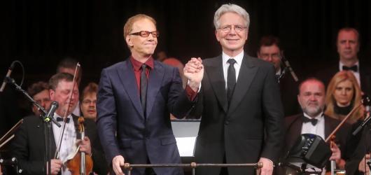 Danny Elfman okouzlil Prahu. Jeho filmové hudbě tleskal zaplněný Obecní dům