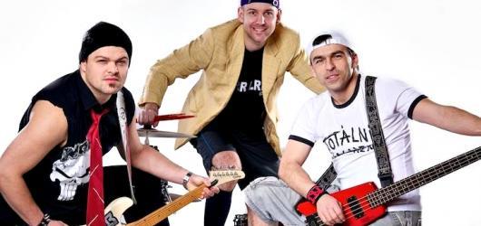 Kapela Totální nasazení vyjela na dlouhé podzimní turné. Doprovází ji Covers for Lovers