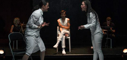 Syrová zpověď žen-vražedkyň v Divadle Komedie