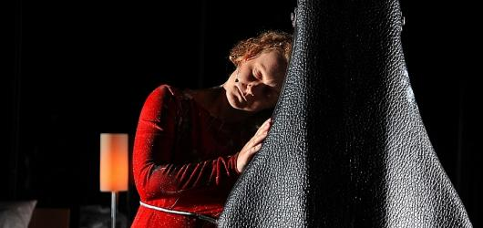 Nová hra Národního divadla Spolu/Sami ukazuje odcizení člověka v moderní společnosti