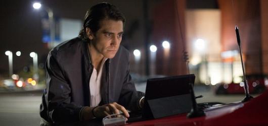 Slídil: násilí, krev a skvělý Gyllenhaal v žoldu bulvární televize