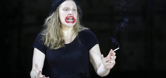 Brilantní Směšnotemná provokace až z Vídně vysekala z prken třísky v Divadle na Vinohradech