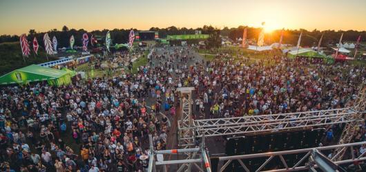 """Rock for People 2015 HK:  """"tažní koně"""" festivalu nevyjeli naplno, přesto byli diváci nadšeni"""