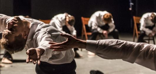 Ohad Naharin a jeho tanec k roztrhání. Nic menšího než Vesmír