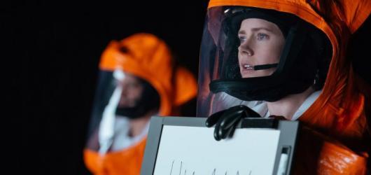 Příchozí: propracované sci-fi, které místo strhujícího děje představuje dojemný příběh