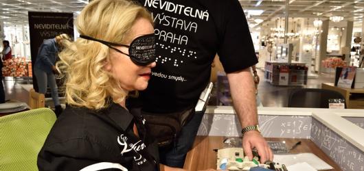 Nejen celebrity si vyzkoušely život nevidomých. Neviditelná výstava slavila Mezinárodní den bílé hole