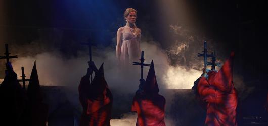Na pódium Divadla Broadway se vrátila krásná Angelika. Představila se v nových kulisách