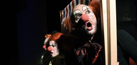 August August, august přináší snově mrazivý příběh přesahující cirkusovou manéž