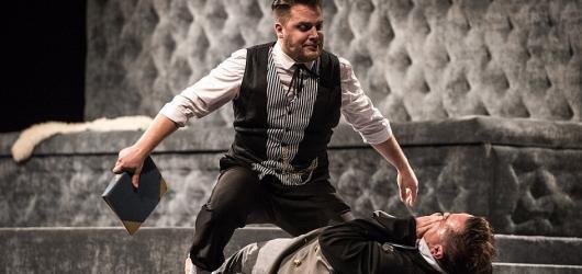 Ostravský Hamlet přináší silný divácký zážitek, jen chybí tragika