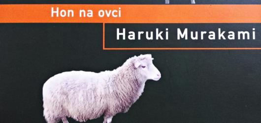 Murakamiho Hon na ovci je konečně v češtině. Ukazuje absurdní putování za mystickým zvířetem