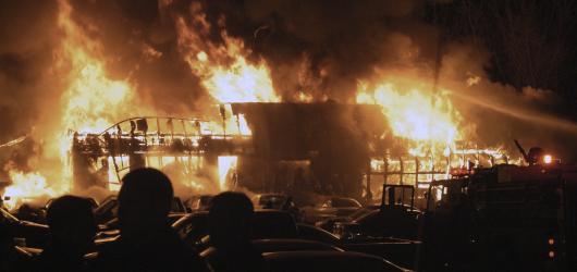 Smrtící koncerty: ve zničujících plamenech zahynulo 100 hudebních fanoušků