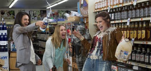 Matky na tahu: zábavná komedie obklopená nudným americkým klišé
