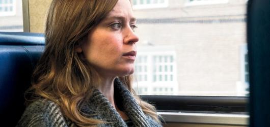 Dívka ve vlaku nahání Zmizelou solidním napětím a lahví v ruce