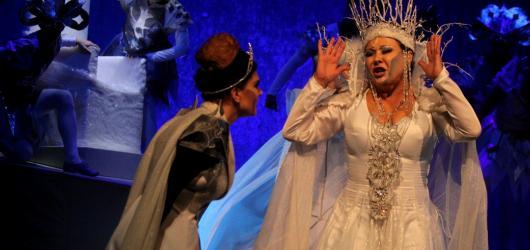 Zima bude v Praze patřit Sněhové královně. V březnu ji vystřídá novinková Kapeska
