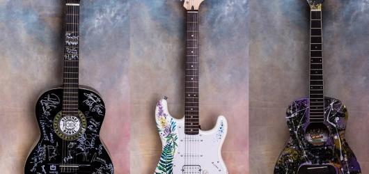 Nečekejte na autogramiády! Vydražte si kytaru s podpisem 22 českých kapel a pomozte tím dobré věci