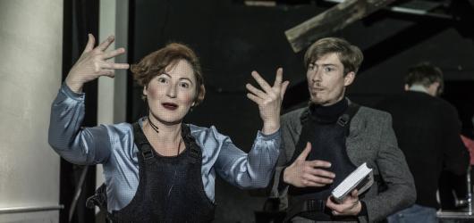 V Divadle Na zábradlí propukla občanská válka, diváky překvapí svou aktuálností