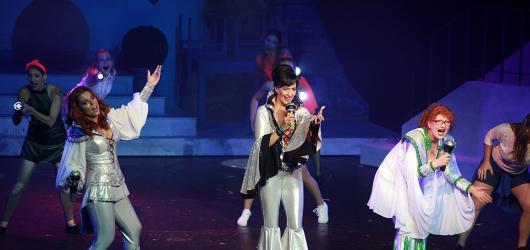 Muzikál Mamma Mia se vrátil na exkluzivních 32 letních představení. Kongresák vyměnil za Hybernii
