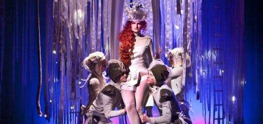 Divadlo Na Fidlovačce ve svém Snu noci svatojánské kombinuje klasiku s moderním cirkusem
