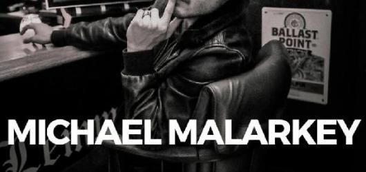 Zpěvák a herec Michael Malarkey se vrací do Česka