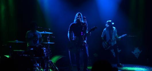 Mezi idoly z garáže a tanečními drogami. Dandy Warhols předvedli rytmický rock v psycho kabátě