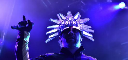 Letošní Colours zakončila fenomenální funky show kapely Jamiroquai i elektronický nářez formace Justice