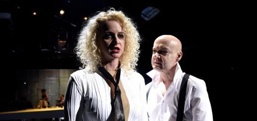 Macbeth v Divadle ABC zabíjí i šílí. V zapadlém baru mu budoucnost věští sexy sudičky