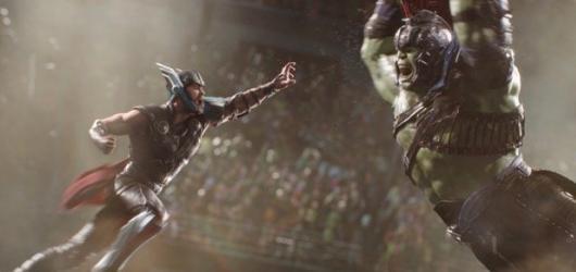 Thor si pořídil místo kladiva vtipy a spoustu barev