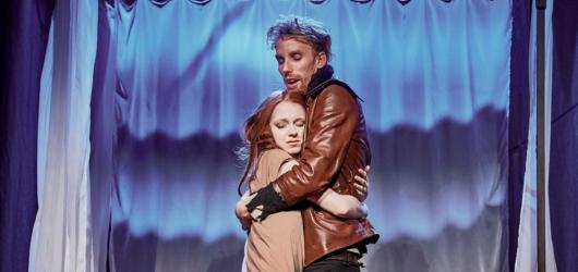 Zamilovaný Shakespeare v Divadle pod Palmovkou je dobrou inscenací, odhlédneme-li od filmové předlohy