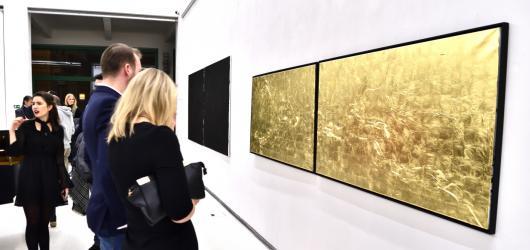 Galerie Mánes je plná zlata. Vystavuje obrazy z cyklu Your Eyes Are Golden