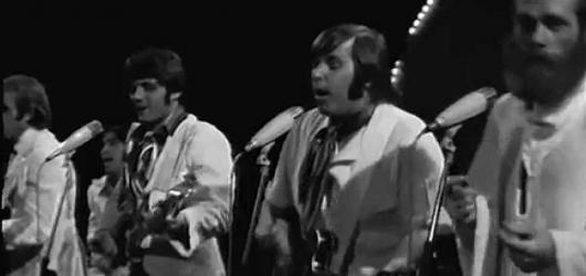 Beach Boys se po téměř 50 letech vrací do Prahy. Podívejte se, jaký byl jejich koncert v Československu v roce 1969