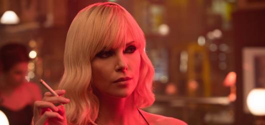 Atomic Blonde láká na skvělé herce i zajímavé prostředí, slibovaným Johnem Wickem v sukni však není